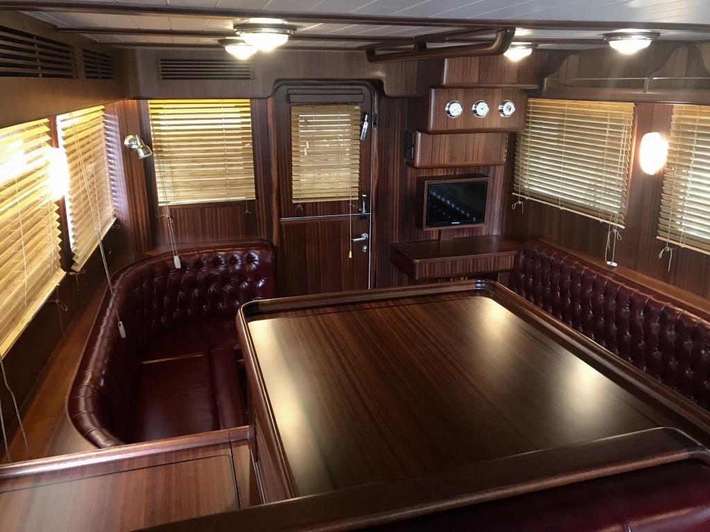 Salon intérieur aménagement style Herreshoff Selene 42 EU - Trawlers & Yachting - Mandelieu la Napoule