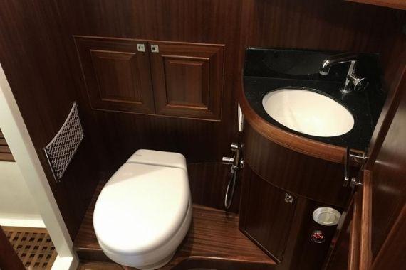 Aménagement style Herreshoff Selene 42 Eurodeck salle d'eau WC électrique - Trawlers & Yachting - Mandelieu la Napoule